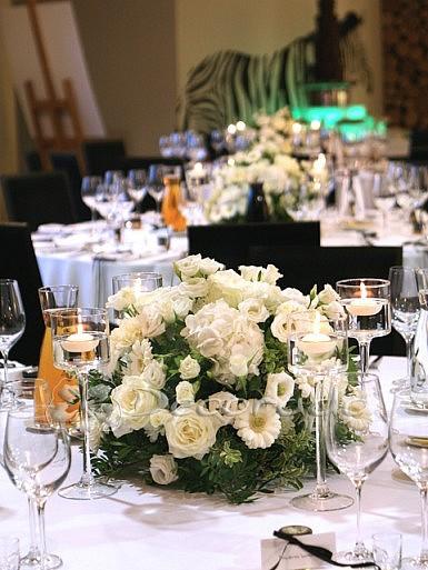 Białe kwiaty i czarne dodatki – Hotelarnia