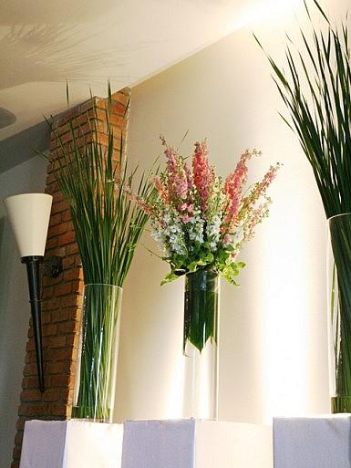 Nowoczesna aranżacja na białych postumentach – dekoracja ślubna w Hotelu Remes