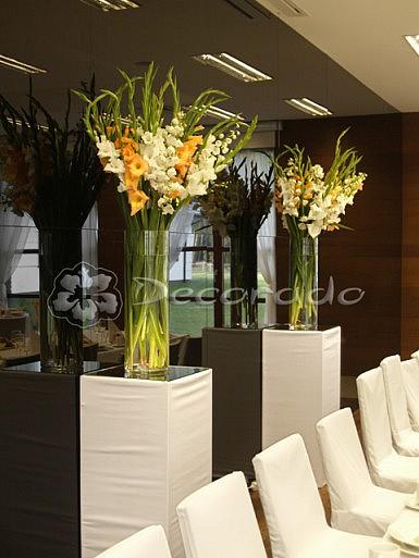 Postumenty z kwiatami – Hotel Barczyzna