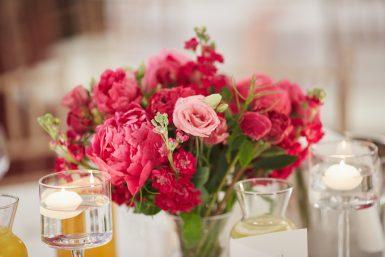 Malinowe kwiaty w dekoracji stołu